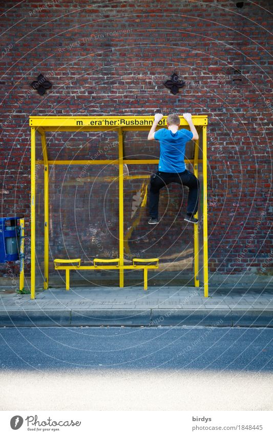 Zeitvertreib Freude Spielen Fitness Sport-Training Klettern Bergsteigen maskulin Junger Mann Jugendliche 1 Mensch 18-30 Jahre Erwachsene Wartehäuschen