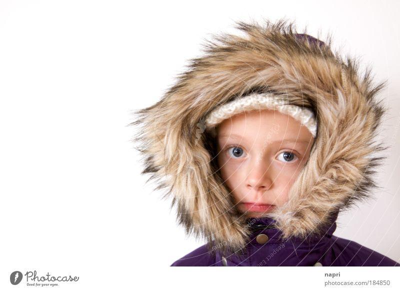 """Wintermädchen Farbfoto Textfreiraum links Hintergrund neutral Porträt Blick in die Kamera Mädchen Kopf 1 Mensch 8-13 Jahre Kind Kindheit """"Stärke Gelassenheit"""
