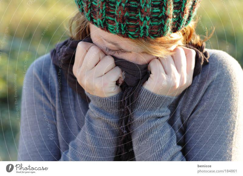 hide Frau Winter kalt Herbst Traurigkeit Trauer Erkältung Krankheit Mütze verstecken frieren Mensch weinen Frustration Husten