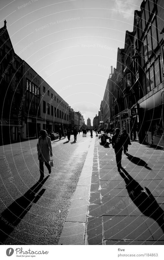walk the line Mensch Stadt Haus Straße Schwarzweißfoto gehen Schatten Gebäude Stadtzentrum England Fußgänger bevölkert
