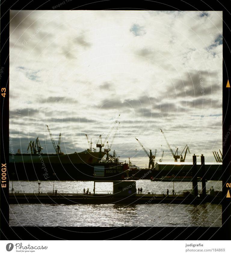 Hamburg Mensch Wasser Himmel Stadt Wolken Wasserfahrzeug dunkel Stimmung Brücke Tourismus Hafen Wirtschaft Schifffahrt Kran Gegenlicht