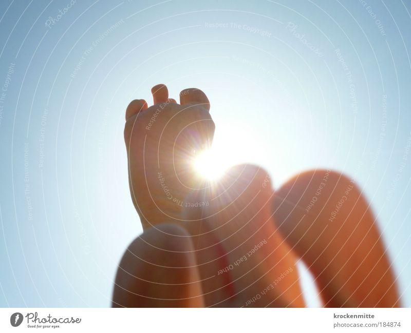 von der Sonne gekitzelt Mensch Himmel Sonne Sommer Freude ruhig Erholung Leben Junge Glück Fuß Zufriedenheit Haut Fröhlichkeit Kind Ferien & Urlaub & Reisen