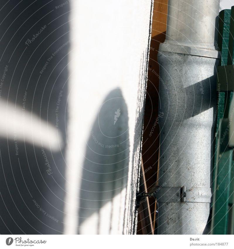 Licht und Schatten Sonne Haus Wand Mauer Beleuchtung Bank Bankgebäude Sauberkeit Häusliches Leben Vergänglichkeit Schwarzweißfoto Putz Handwerker Abfluss