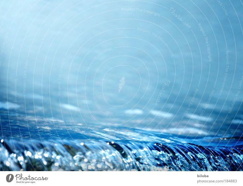 Eine Welle für den Textfreiraum Natur Wasser weiß blau Sommer kalt Herbst Landschaft hell Wellen Hintergrundbild Informationstechnologie Umwelt nass authentisch