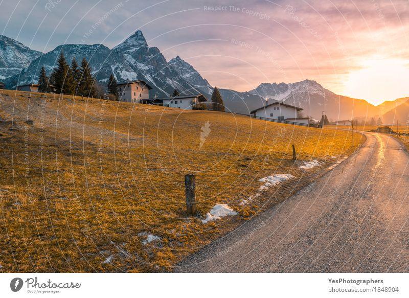 Landstraße in Richtung zum alpinen Dorf Natur Ferien & Urlaub & Reisen Landschaft Winter Berge u. Gebirge Schnee Tourismus Textfreiraum Europa Beginn malerisch
