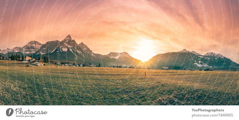 Bergdorf und die Alpen in der Dämmerung Ferien & Urlaub & Reisen Tourismus Winter Schnee Winterurlaub Berge u. Gebirge Natur Landschaft Frühling Wiese Wald