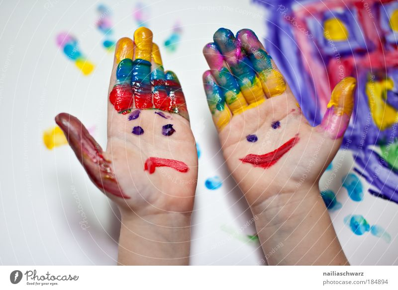 Fingermalen mehrfarbig Mensch Kind Hand grün blau Freude gelb Spielen Glück Aktion Arme Freizeit & Hobby ästhetisch Fröhlichkeit