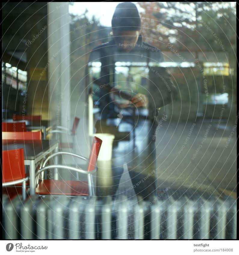 vaguely believer Farbfoto Außenaufnahme Tag Schatten Kontrast Silhouette Reflexion & Spiegelung Blick nach unten Schule Schulgebäude Schulhof maskulin Bauwerk