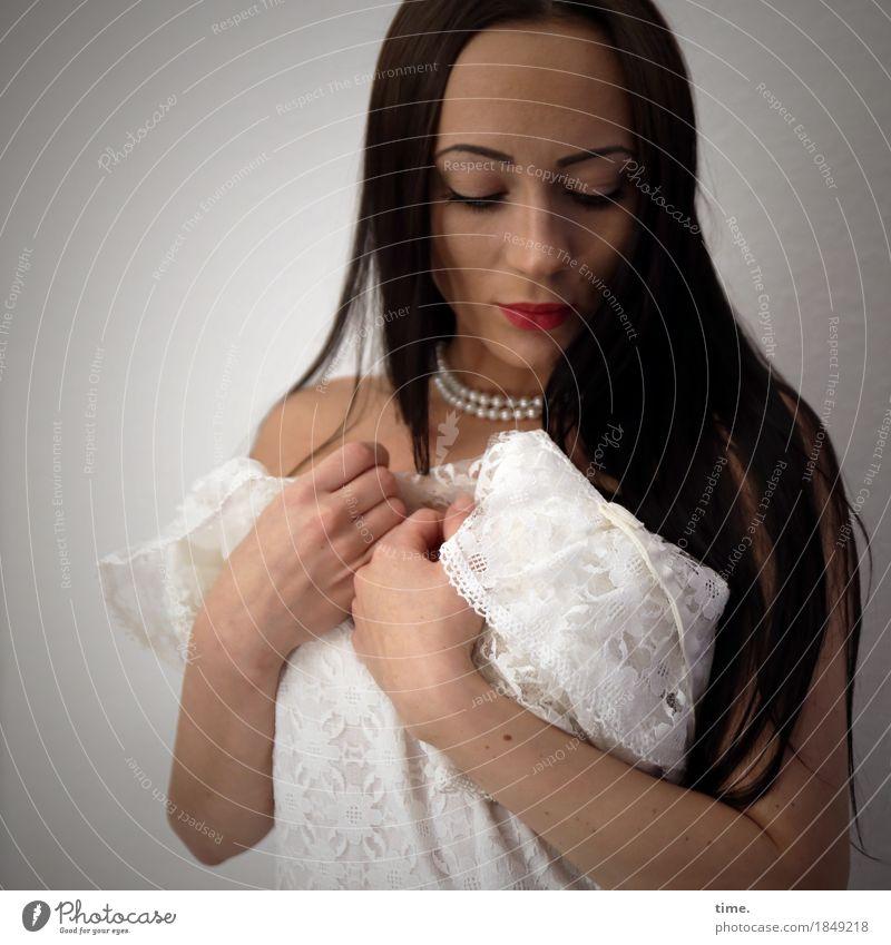. feminin 1 Mensch Kleid Schmuck Halskette schwarzhaarig langhaarig beobachten Denken festhalten Blick stehen warten elegant schön Romantik Erotik Wachsamkeit
