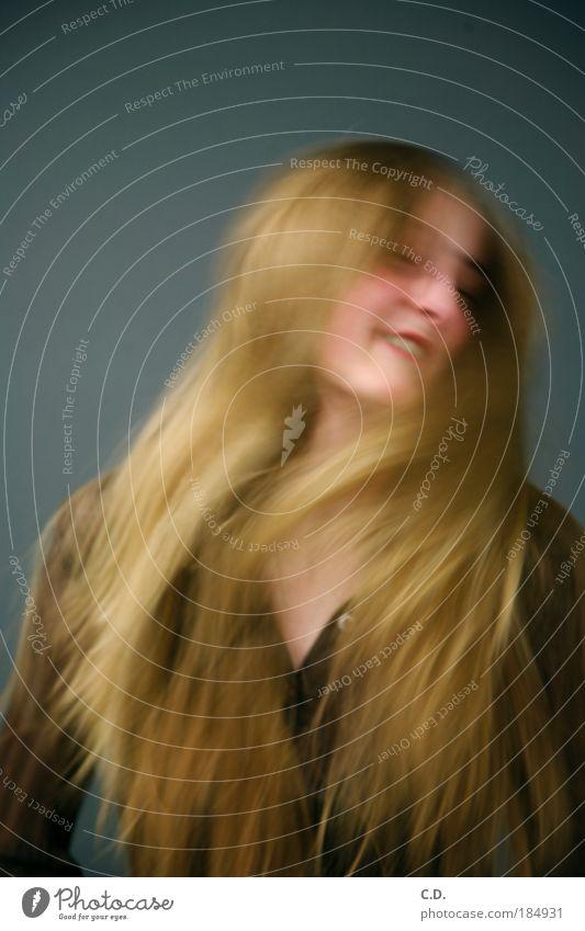 schüttle dein Haar! Farbfoto Innenaufnahme Experiment Textfreiraum oben Textfreiraum unten Hintergrund neutral Abend Kunstlicht Unschärfe Bewegungsunschärfe