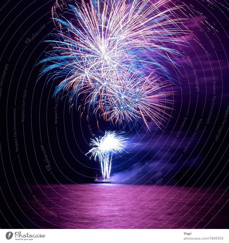Blaues und rotes buntes Feiertagsfeuerwerk Himmel blau Weihnachten & Advent Farbe weiß Freude dunkel schwarz gelb Feste & Feiern Party rosa hell violett neu