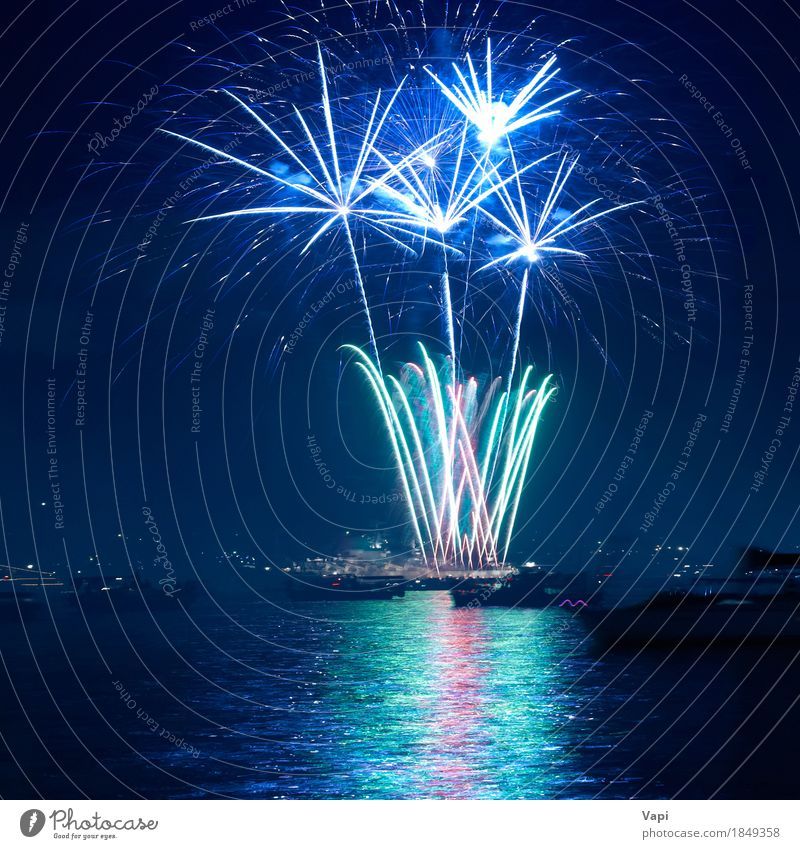 Buntes Feuerwerk über einem See Himmel blau Weihnachten & Advent Farbe grün weiß rot Freude dunkel schwarz gelb Kunst Freiheit Feste & Feiern Party hell