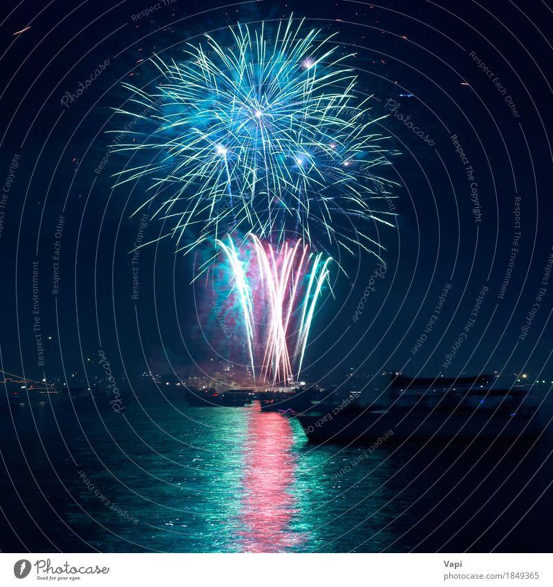 Buntes Feuerwerk über einem See Himmel blau Weihnachten & Advent Farbe grün Wasser weiß rot Freude dunkel schwarz gelb Kunst Freiheit Feste & Feiern Party