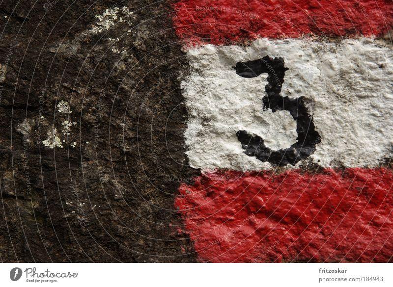 drei Farbfoto Detailaufnahme Menschenleer Textfreiraum links wandern Felsen Stein Zeichen Ziffern & Zahlen grau rot schwarz weiß Wege & Pfade
