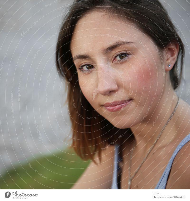 . feminin Frau Erwachsene 1 Mensch Wiese Küste Flussufer T-Shirt Schmuck brünett langhaarig beobachten Lächeln Blick warten schön Zufriedenheit Lebensfreude