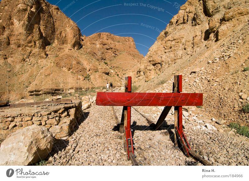 STOP Mensch Natur blau rot Ferne Berge u. Gebirge Landschaft Sand Wege & Pfade Stein Angst Erde gehen Felsen gefährlich bedrohlich