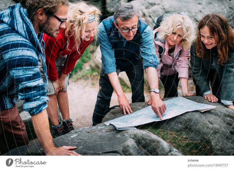 Gruppe Wanderer, die Weg auf Karte in den Bergen überprüfen Frau Ferien & Urlaub & Reisen Jugendliche Mann Erholung Freude 18-30 Jahre Berge u. Gebirge