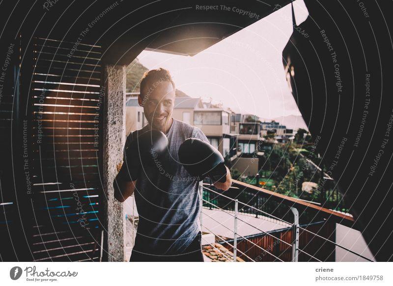 Jugendliche Sommer Junger Mann Haus Freude 18-30 Jahre Erwachsene Lifestyle Sport Wohnung Häusliches Leben Freizeit & Hobby Körper Lächeln Fitness sportlich