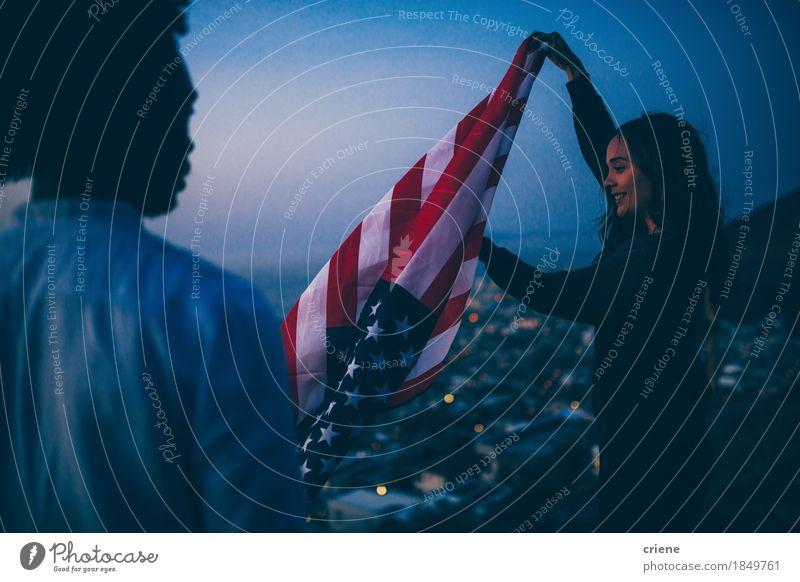 Freunde, die USA-Flagge bei Sonnenuntergang in der städtischen Szene wellenartig bewegen Ferien & Urlaub & Reisen Jugendliche Stadt Junge Frau Junger Mann