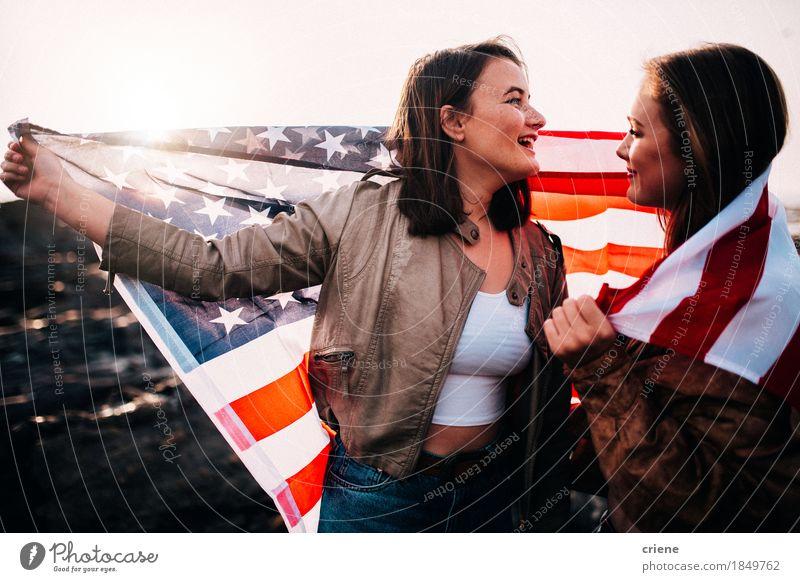 Junge Jugendlichmädchen, die Spaß mit USA-Flagge am Strand haben Mensch Ferien & Urlaub & Reisen Jugendliche Junge Frau Freude 18-30 Jahre Erwachsene Lifestyle