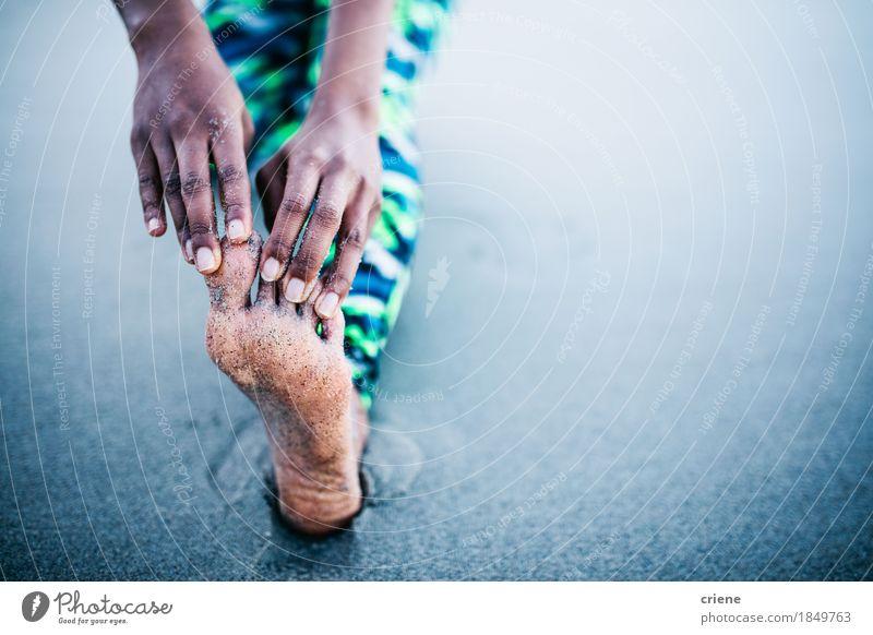 Nahaufnahme von den Frauen, die Beine und Zehen am Strand ausdehnen Erwachsene Leben Lifestyle Fuß Sand Freizeit & Hobby Textfreiraum Körper Fitness Wellness