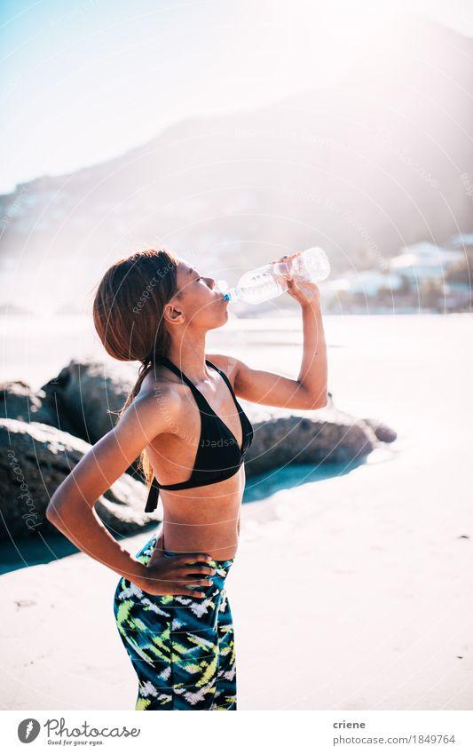 Frau Jugendliche Sommer Junge Frau Sonne Strand 18-30 Jahre Erwachsene Leben Lifestyle Sport Gesundheitswesen Sand Körper Fitness trinken