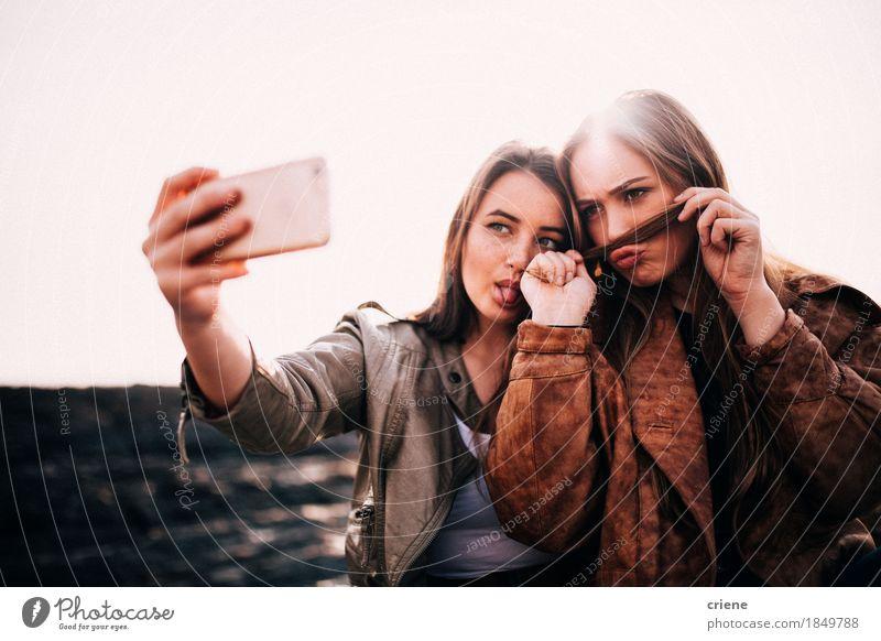 Jugendliche Sommer Freude Strand lustig Lifestyle feminin Glück Paar Zusammensein Freundschaft Technik & Technologie Lächeln Telefon Internet Handy