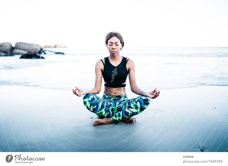 Afroamerikanische junge Frauen bei der Meditation am Strand Lifestyle Freude schön Körper Gesundheitswesen Wellness Erholung Freizeit & Hobby Meer Wellen Sport