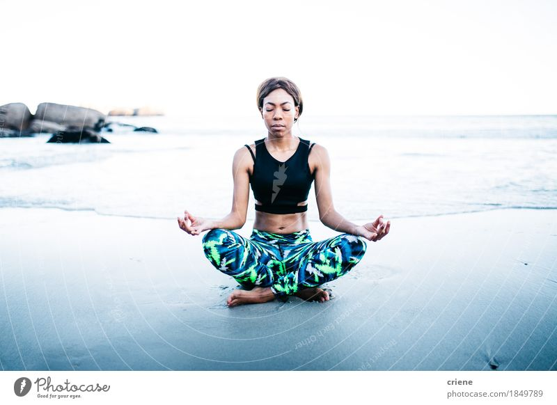 Jugendliche schön Junge Frau Meer Erholung Freude Strand Lifestyle Sport Gesundheitswesen Sand Freizeit & Hobby Wellen Körper genießen Fitness
