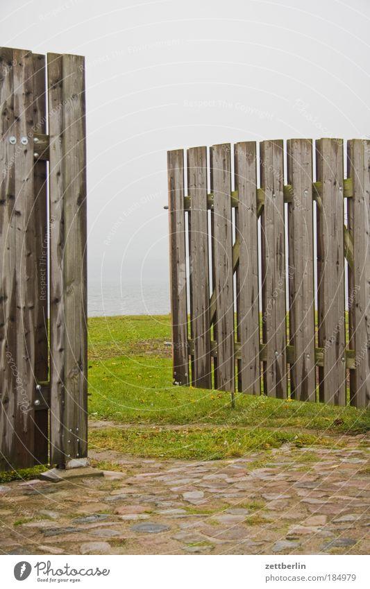 Alt Reddewitz Ferne Wiese oben Holz Tür Horizont Perspektive neu offen Bauernhof Tor Eingang direkt Kopfsteinpflaster Ausgang Nachbar