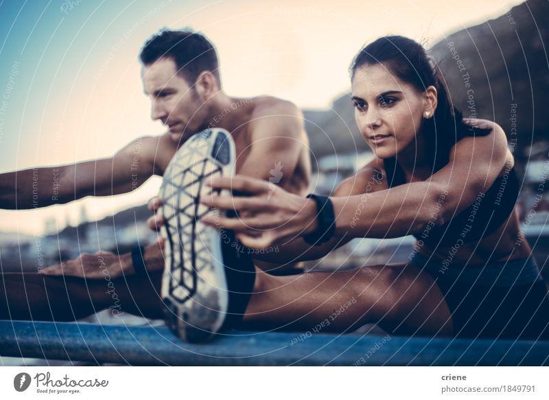 Kaukasisches junges erwachsenes Paar, das draußen nach dem Lauf ausdehnend tut Mensch Jugendliche Erholung Freude 18-30 Jahre Erwachsene Sport Glück Körper