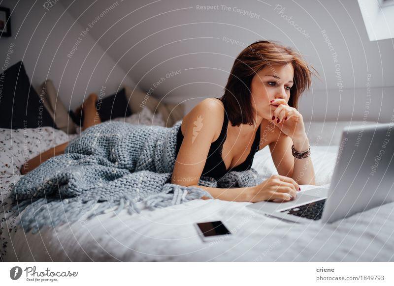 Junge Studentin, die zu Hause im Bett mit Laptop studiert Jugendliche Junge Frau 18-30 Jahre Erwachsene Lifestyle Business Arbeit & Erwerbstätigkeit Wohnung