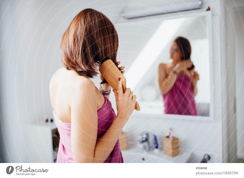 Junge Brunettefrauen, die zu Hause Haar im Badezimmer auftragen Lifestyle schön Körperpflege Haare & Frisuren Gesundheit Gesundheitswesen Wellness Wohlgefühl