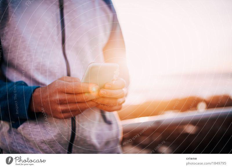 Nahaufnahme von den Männern, die das intelligente Telefon im Freien mit Kopienraum verwenden Mensch Jugendliche Mann Junger Mann Hand Erwachsene Leben Lifestyle