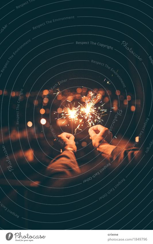 Mann, der Wunderkerze in den Händen feiern Sylvesterabend hält Lifestyle Freude Glück Nachtleben Entertainment Party Veranstaltung ausgehen Feste & Feiern