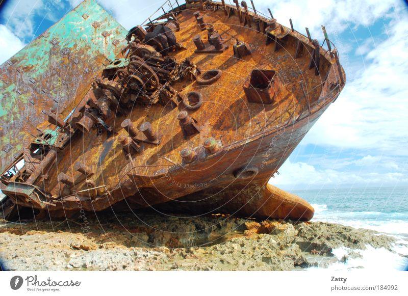 Ende der Fahrt Wasser Wolken Wetter Felsen Wellen Küste Meer Golf von Mexico Schifffahrt Schiffswrack Stein Metall alt gigantisch kaputt braun Todesangst
