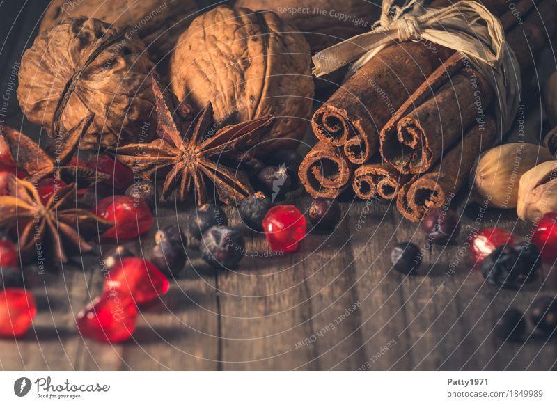 weihnachtliche Gewürze Weihnachten & Advent rot Lebensmittel braun Kräuter & Gewürze Duft exotisch Beeren Stillleben Würzig Walnuss Zimt backen Sternanis
