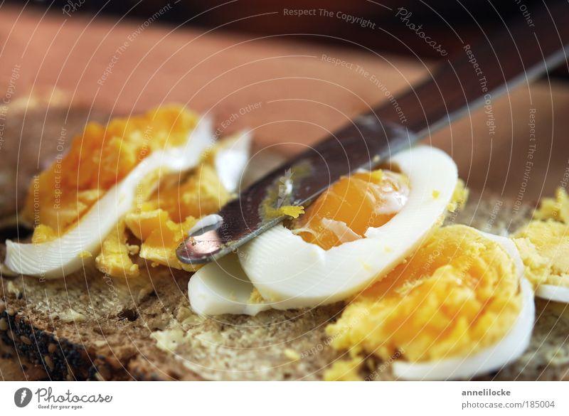 mit ordentlich was drauf! Lebensmittel Brot Ei Butter Ernährung Frühstück Abendessen Bioprodukte Vesper Messer Schneidebrett lecker braun gold belegen Belag