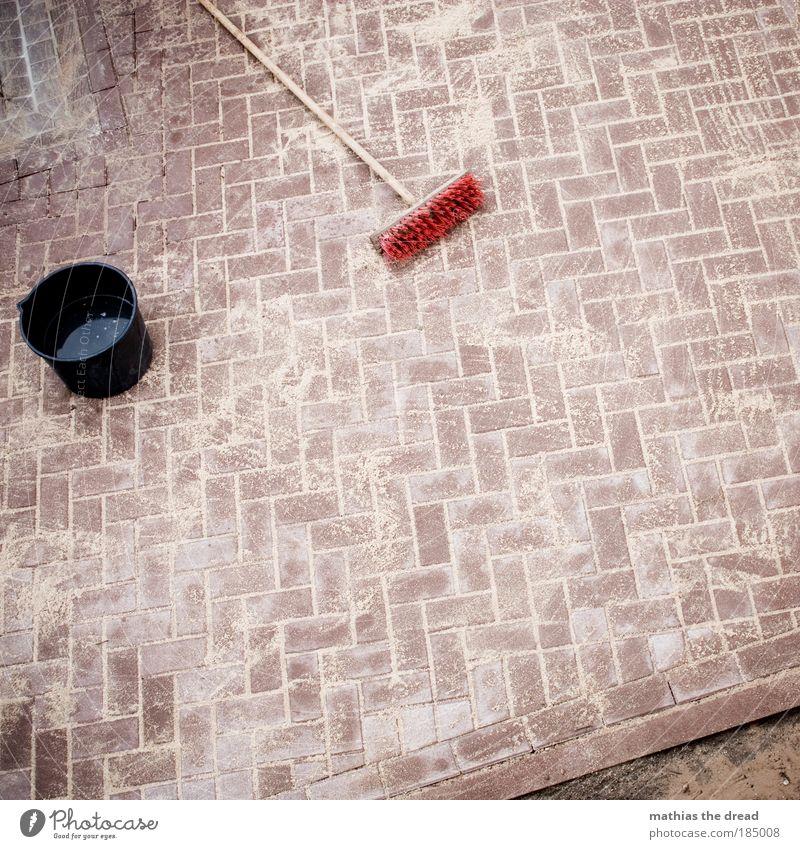 EINSCHLÄMMEN Wasser Wege & Pfade Sand Stein Linie Arbeit & Erwerbstätigkeit nass liegen Pause Baustelle Bürgersteig Verkehrswege Handwerk Stillleben Werkzeug Fuge
