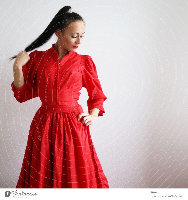 . feminin 1 Mensch Kleid schwarzhaarig langhaarig Zopf beobachten festhalten Blick stehen elegant schön rot Zufriedenheit selbstbewußt Kraft Willensstärke