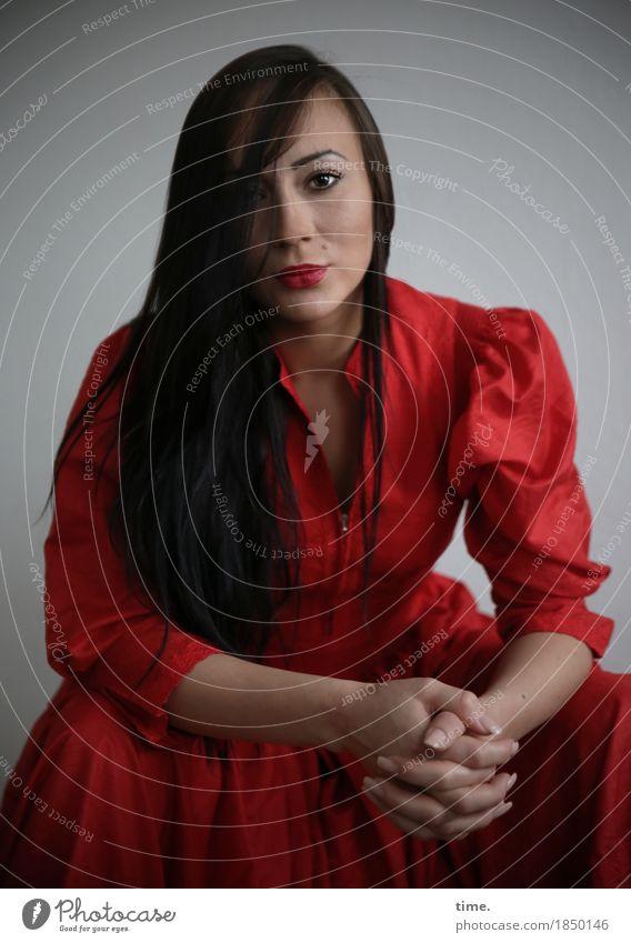 . feminin 1 Mensch Kleid schwarzhaarig langhaarig beobachten Denken festhalten Blick sitzen warten elegant schön Ehre selbstbewußt Willensstärke Mut Wachsamkeit