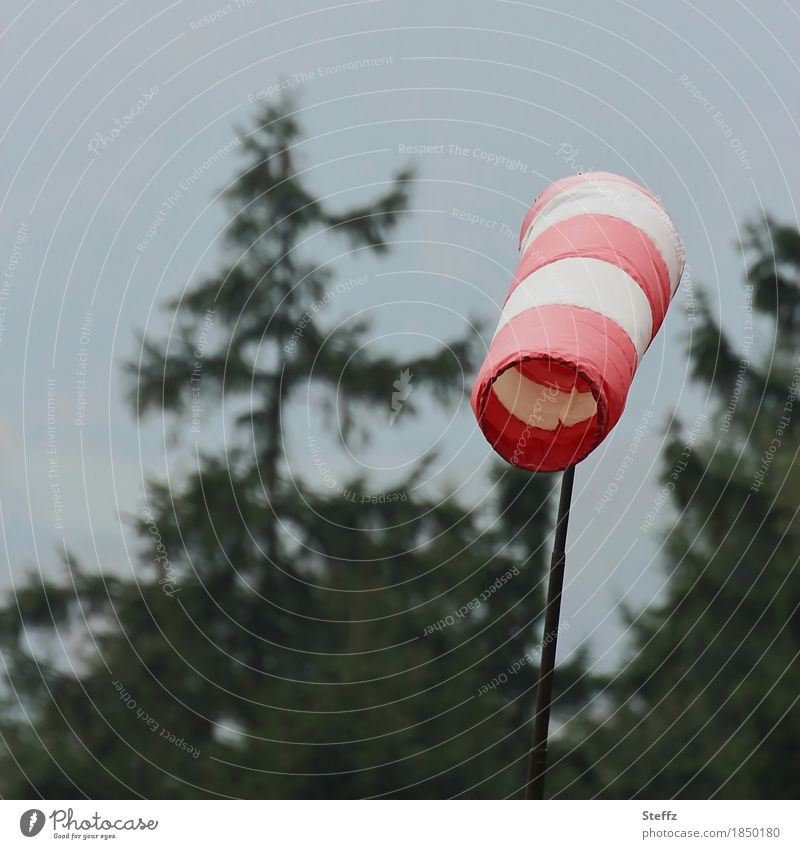 Schietwetter Umwelt Natur Urelemente Luft Klima Klimawandel Wetter schlechtes Wetter Unwetter Wind Windsack Windsocke Windfahne dunkel grau rot weiß trüb