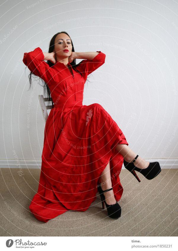 . Mensch schön ruhig Ferne Leben feminin Raum Kraft sitzen ästhetisch beobachten Coolness Neugier Stuhl festhalten Kleid