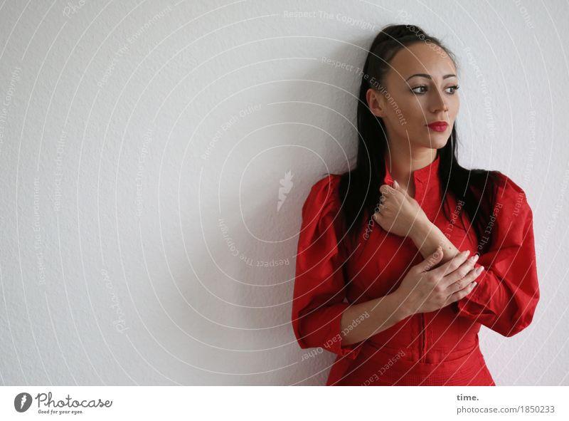 . Mensch schön Wand feminin Mauer stehen warten beobachten Coolness Kleid langhaarig schwarzhaarig selbstbewußt Respekt skeptisch
