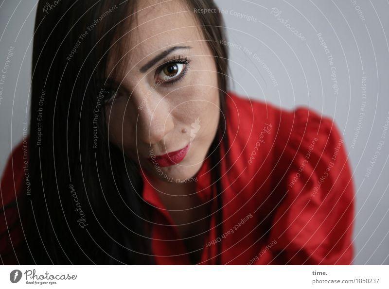 . feminin 1 Mensch Kleid schwarzhaarig langhaarig beobachten Denken Blick warten ästhetisch schön Gefühle Romantik Wachsamkeit gewissenhaft Vorsicht geduldig