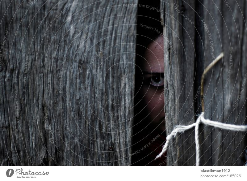 Frau Mensch Jugendliche Auge Angst Erwachsene Tür bedrohlich verstecken Entsetzen verstört Junge Frau furchtbar