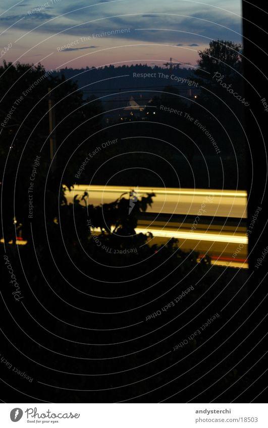 Rush Eisenbahn Nacht S-Bahn Licht Geschwindigkeit Langzeitbelichtung dunkel Wolken Wald Ferne Dämmerung sbb späht Abend Himmel