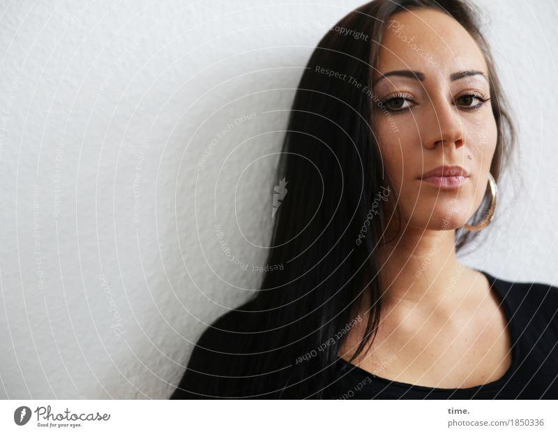Nastya feminin 1 Mensch Mauer Wand Pullover Ohrringe schwarzhaarig langhaarig beobachten Denken Blick warten schön selbstbewußt Coolness Willensstärke Mut