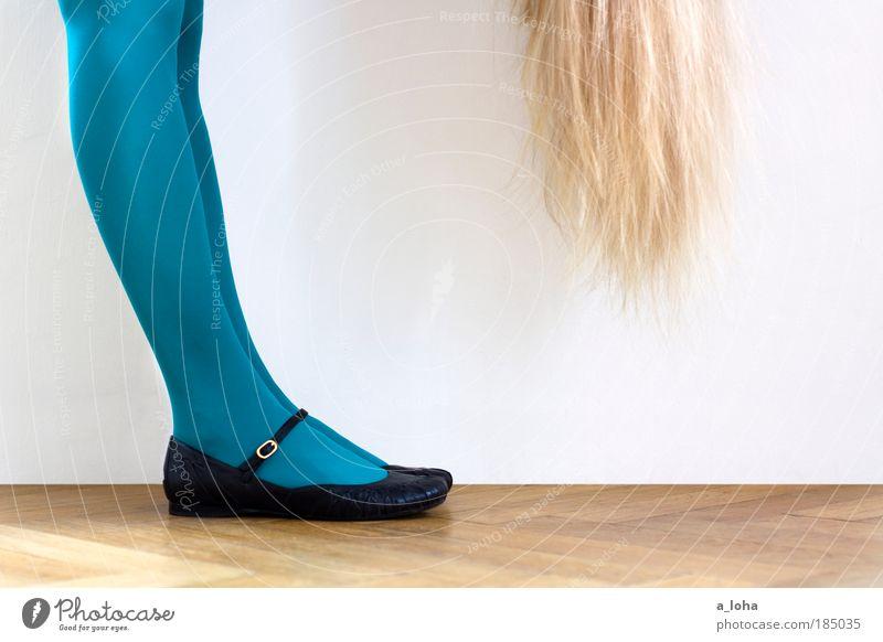 the girl Mensch schwarz Farbe feminin Haare & Frisuren Strümpfe Fuß Schuhe Beine Mode blond Fröhlichkeit modern stehen Bodenbelag dünn