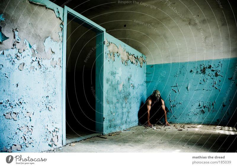 MÜSSEN Mensch maskulin Arme Industrieanlage Fabrik Ruine Gebäude Mauer Wand Fassade langhaarig Rastalocken hocken warten Aggression alt außergewöhnlich